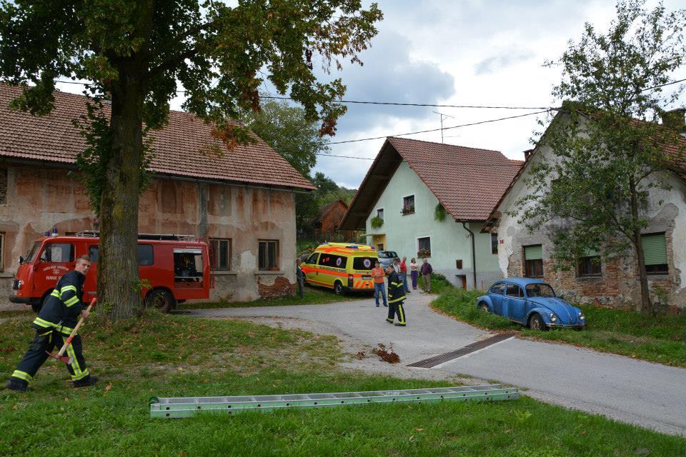 Gasilci PGD Ivanje selo ter enota NMP pomagajo vaščanki iz Ivanjega sela