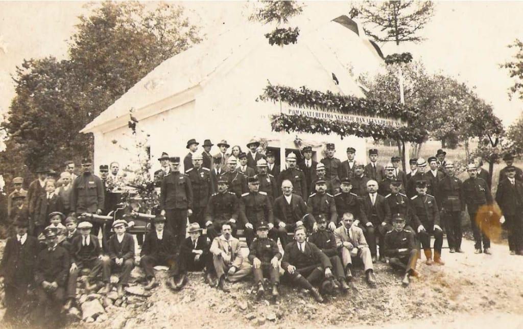 Skupinska slika ob odprtju prvega gasilskega doma na vasi